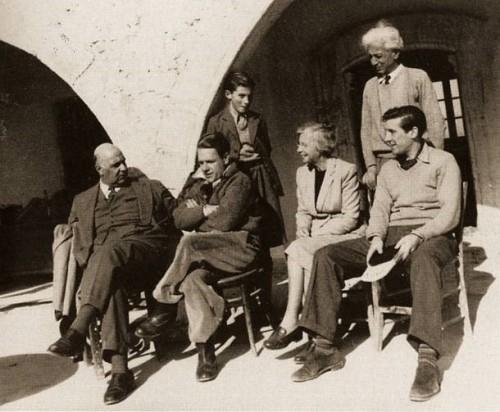 Ο Γιώργος Σεφέρης στη Μονή Αχειροποιήτου στην παραλία της τότε κωμόπολης του Καραβά, το 1953, έχοντας δίπλα του τον Λόρενς Ντάρελ. Κοντά τους, η Αντουανέτα Διαμαντή και ο Μορίς Κάρντιφ. Ορθιοι, ο ζωγράφος Α. Διαμαντής και ο γιος του.